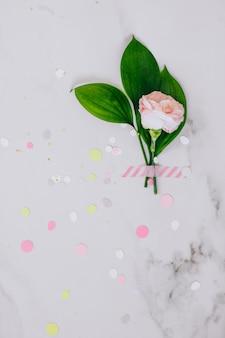 Widok z góry różowy goździk i na tle marmuru. skopiuj miejsce, umieść tekst