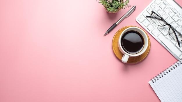 Widok z góry różowy obszar roboczy z kawą klawiatura notebook okulary kopia miejsca wklej mieszkanie.