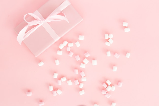 Widok z góry różowy prezent ze słodyczami