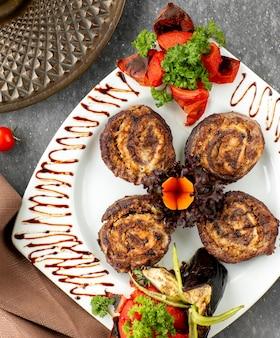 Widok z góry ruletki kebab ozdobionej warzywami