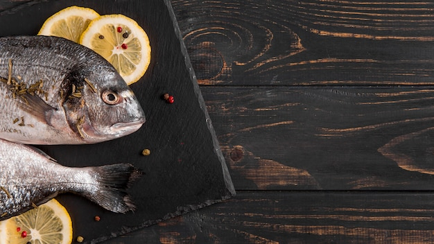 Widok z góry ryby i plasterki cytryny