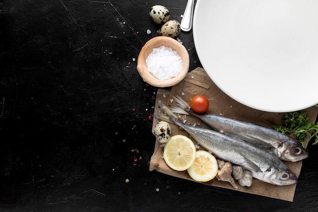 Widok z góry ryby z cytryną i talerz