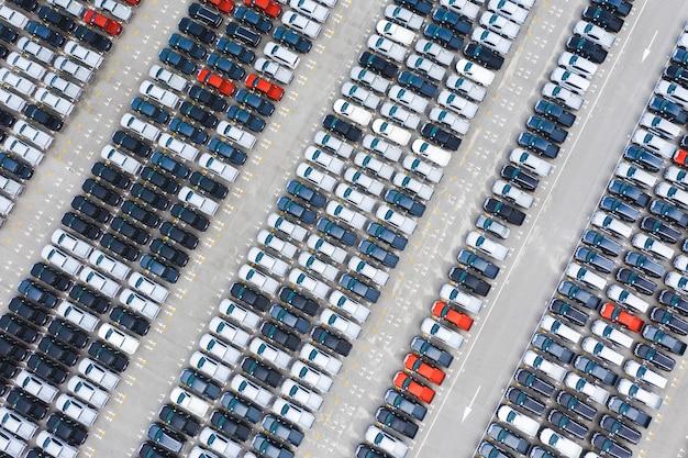 Widok z góry rzędów nowych samochodów w terminalu eksportowym portu logistycznego