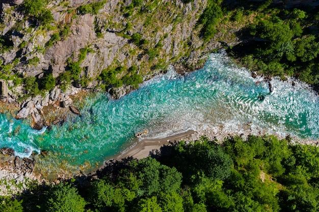 Widok z góry rzeki tara w czarnogórze