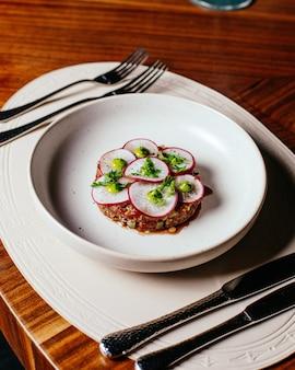 Widok z góry rzodkiewka z mięsem wewnątrz białej płytki na stole restauracja kolacja posiłek żywności