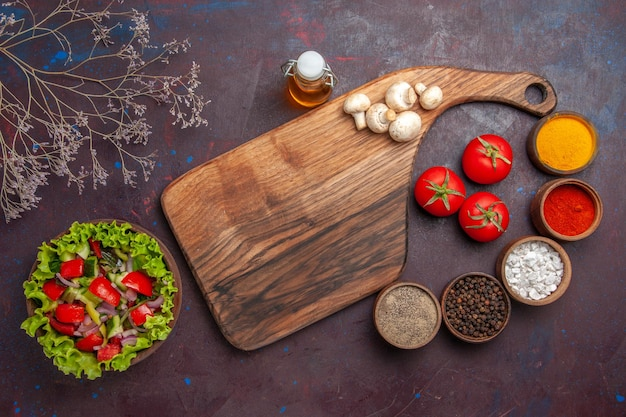 Widok z góry sałatka i przyprawy sałatka z pomidorami cebula zielona papryka i oliwa z sałaty różne przyprawy i grzyby