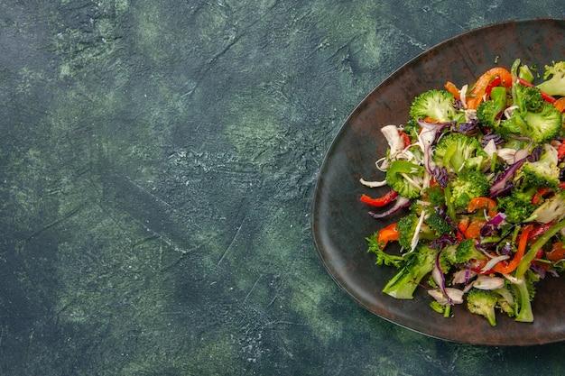 Widok z góry sałatka jarzynowa składa się z papryki kapusty i brokułów na ciemnym tle jedzenie świeży posiłek zdrowie dieta dojrzała przekąska wolna przestrzeń witamina