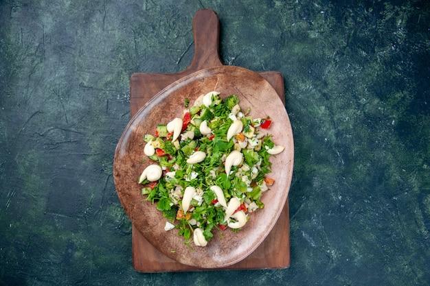 Widok z góry sałatka jarzynowa wewnątrz eleganckiego talerza na ciemnoniebieskim tle kuchnia kolor kuchnia obiad zdrowie fit posiłek obiad dieta