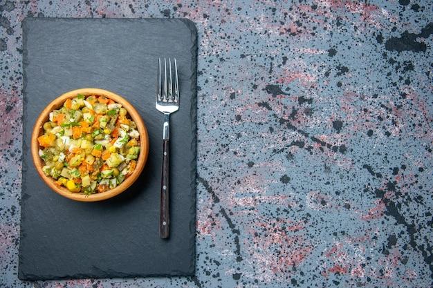 Widok z góry sałatka z gotowanych warzyw z widelcem, kolorowa sałatka z chleba posiłek na lunch