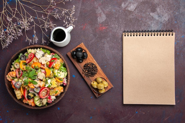 Widok z góry sałatki ze świeżych warzyw z oliwkami na czarno