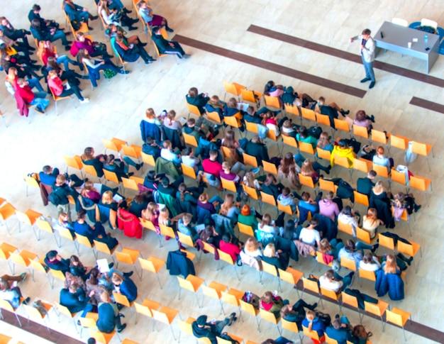 Widok z góry sali konferencyjnej rozmycie tła, konferencja biznesowa, koncepcja uczenia się zespołu.