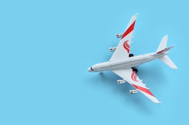 Widok z góry samolocika-zabawki na niebieskim tle