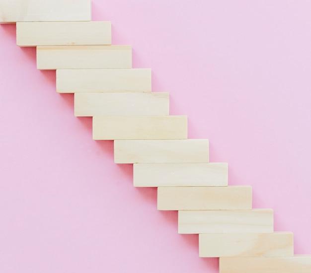 Widok z góry schodów z drewnianych klocków