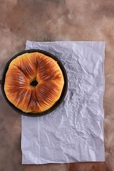 Widok z góry selektywne skupienie się na chlebie wełnianym, popularnym wirusowym chlebie brioche z wieloma warstwami wyglądającymi jak wełna. kopiuj miejsce na tekst, reklamę lub przepis