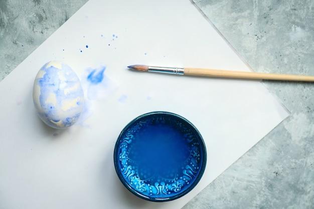 Widok z góry selektywnej ostrości miska z niebieskim barwnikiem