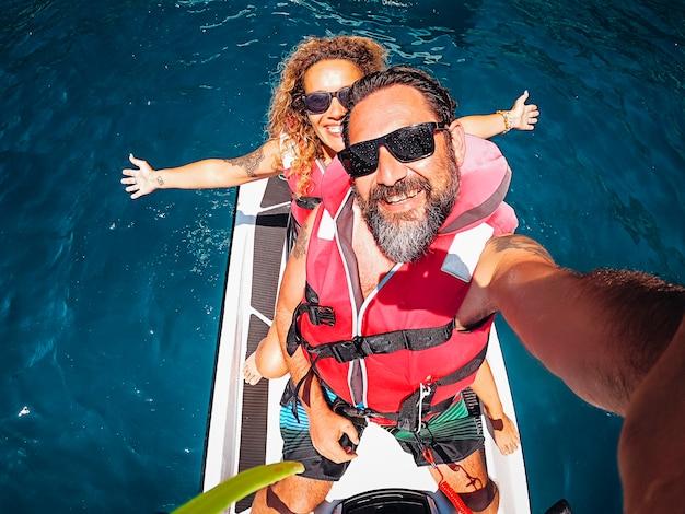 Widok z góry selfie obraz radosnej młodej pary dorosłych na styl życia przygody jet sky
