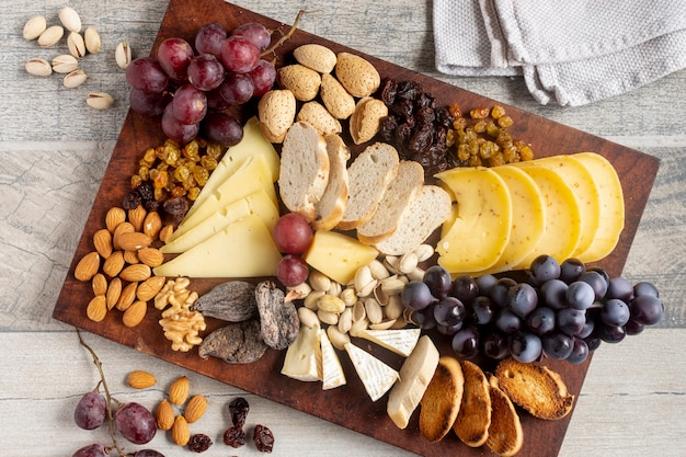Widok z góry ser z winogronami i orzechami