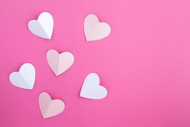 Widok z góry serc na różowym tle