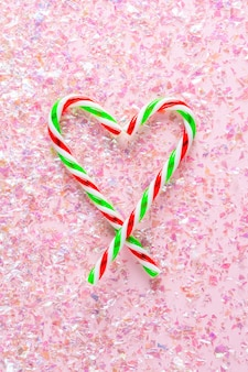 Widok z góry serca z dwóch lizaków na różowo z brokatem