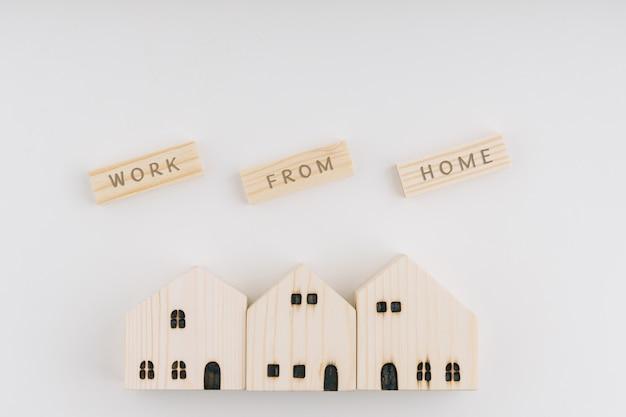 Widok z góry sformułowania pobyt domowy na drewnianych klockach oraz drewnianym domu i drewnianej zabawce.