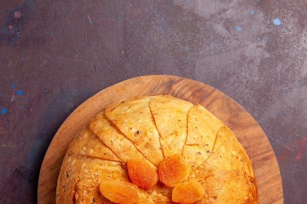 Widok z góry shakh plov pyszny wschodni posiłek składa się z gotowanego ryżu wewnątrz okrągłego ciasta na ciemnym tle gotowania ryżu posiłku żywnościowego