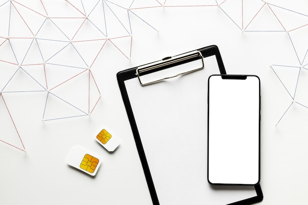 Widok z góry sieci komunikacji internetowej z kartami sim i smartfonem