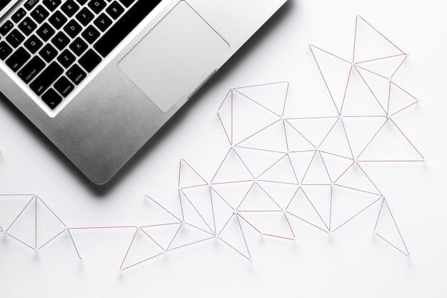 Widok z góry sieci komunikacji internetowej z laptopem