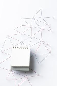 Widok z góry sieci komunikacji internetowej z notebookiem