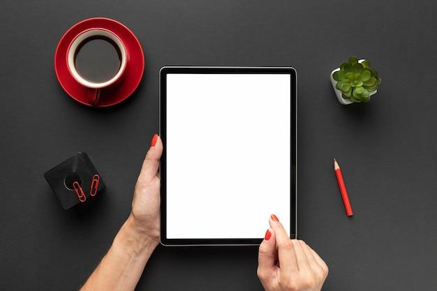 Widok z góry skład biurka z tabletem