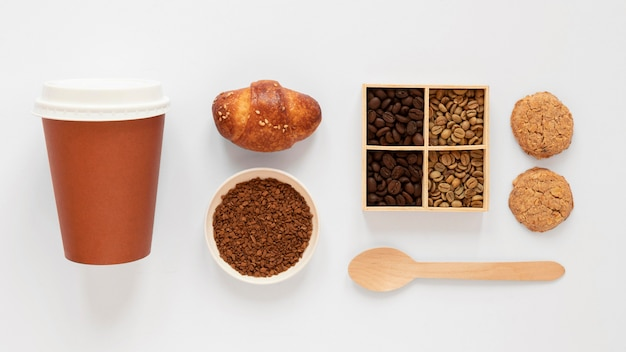 Widok z góry skład elementów marki kawy na białym tle