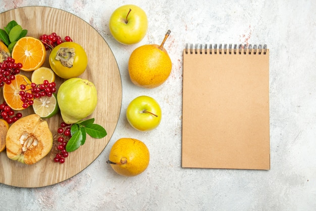 Widok z góry skład owoców różne owoce na białym stole świeże dojrzałe owoce jagodowe