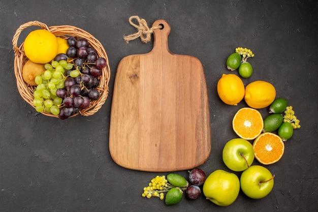Widok z góry skład świeżych owoców dojrzałe owoce na ciemnej powierzchni owoce łagodne świeża dojrzała witamina