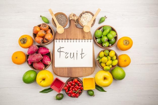 Widok z góry skład świeżych owoców na białym tle