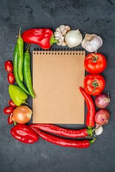 Widok z góry skład świeżych warzyw na szarym stole dojrzałej świeżej kolorowej sałatki