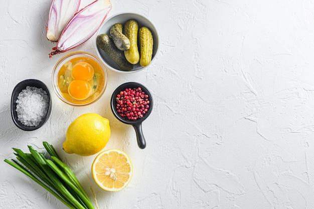 Widok z góry składników sosu tatarskiego