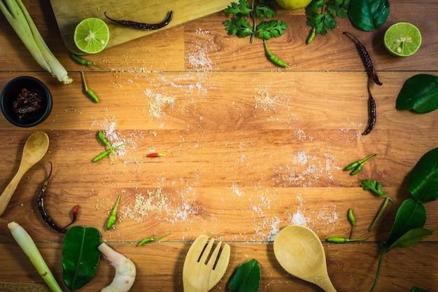 Widok z góry składników tomyam na drewnianym stole