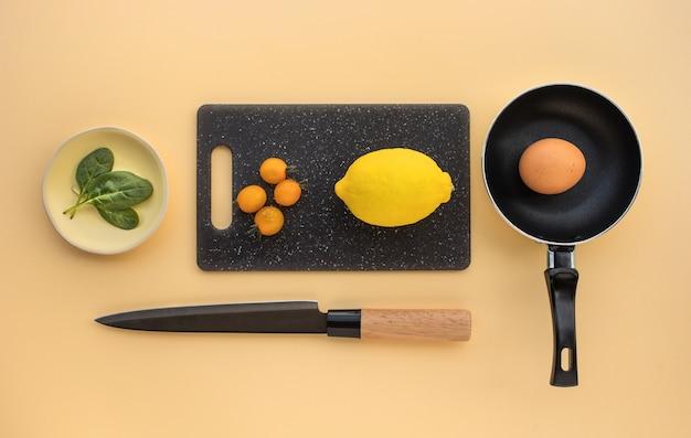 Widok z góry składników zestawu do gotowania na tle stołu