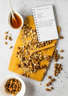 Widok z góry składników żywności z notatnikiem i ciecierzycą