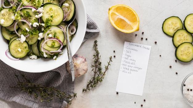 Widok z góry składników żywności z ogórkiem i cytryną