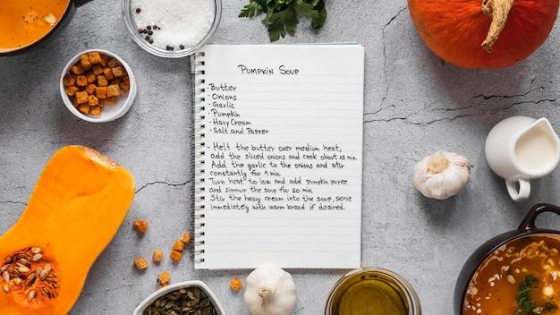 Widok z góry składników żywności z warzywami i notatnikiem
