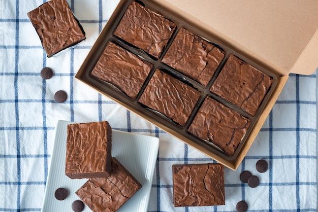 Widok z góry słodki czekoladowy brownie na obrusie