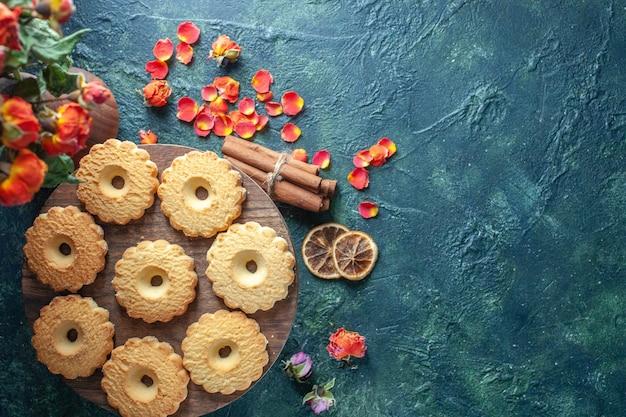 Widok z góry słodkie ciasteczka na ciemnym tle deser herbatniki cukier słodkie przerwy ciasto herbata ciasto ciasto kwiat