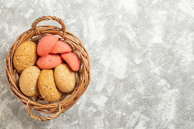 Widok z góry słodkie ciasteczka w koszyku na białym tle