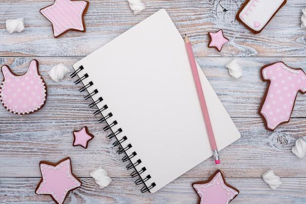 Widok z góry słodkie ciasteczka z notebookiem