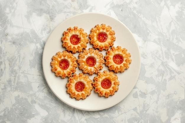 Widok z góry słodkie ciasteczka z pomarańczowym dżemem na białej powierzchni