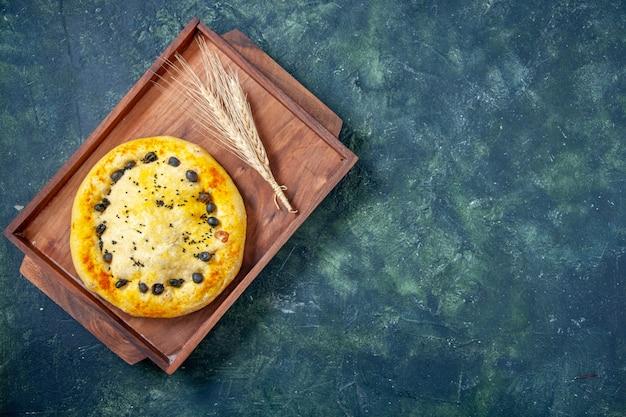 Widok z góry słodkie ciasto wewnątrz drewnianego biurka na ciemnoniebieskim tle hotcake ciasto owocowe ciasto ciastko deser ciasto piec wolne miejsce