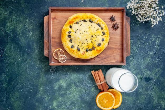 Widok z góry słodkie ciasto wewnątrz drewnianego biurka na ciemnoniebieskim tle pieczenie owoców ciasto ciasto pieczenie deser ciasto ciasteczko hotcake