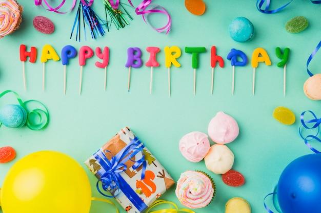 Widok z góry słowa gliny otoczone elementami urodzinowymi