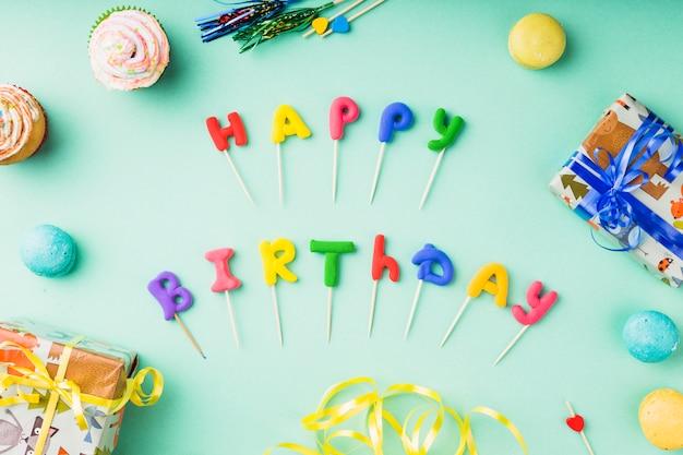 Widok z góry słowa otoczone elementami urodzinowymi