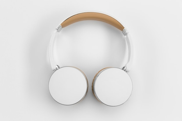 Widok z góry słuchawki na białym tle